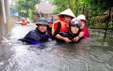 Giải cứu người dân bị mắc kẹt trong biển nước
