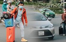 """Khổ như hành khách ở Tân Sơn Nhất: """"Đội"""" nắng mang vác hành lý ra đường đón xe công nghệ"""