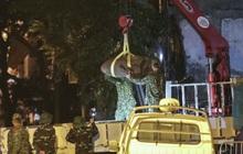 Hình ảnh quả bom 340 kg được di dời ra khỏi phố Cửa Bắc trong đêm