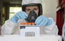 """Khoảnh khắc những liều vaccine COVID-19 đầu tiên trên thế giới """"ra lò"""""""