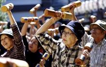 """Tại sao người Nhật ăn nhiều bữa, """"lười"""" tập thể dục mà tuổi thọ liên tục đứng đầu thế giới? Nhìn 3 cách họ uống nước bạn sẽ có ngay câu trả lời"""