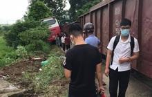Hà Nội: Tàu hỏa đâm trúng xe khách 45 chỗ chở học sinh