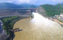 CLIP: Thủy điện Hòa Bình mở cửa xả lũ, nước tung bọt trắng xóa