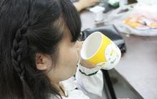Bị chẩn đoán ung thư dạ dày, người phụ nữ nhanh chóng cảnh báo mọi người không nên uống nước kiểu này