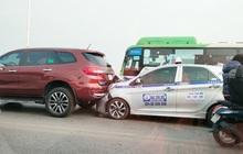 Phương tiện ùn dài trên cầu Vĩnh Tuy vì 4 ô tô 'dồn toa'