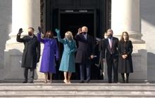 [Cập nhật]: Ông Trump bước xuống Air Force One, ông Biden bước lên lễ đài chuẩn bị tuyên thệ