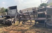 CLIP: Kinh hoàng xe container và xe máy cày va nhau rồi lật nhào