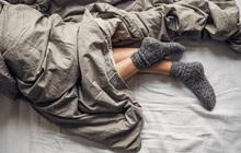 """Mang tất đi ngủ: Phương pháp tưởng """"vớ vẩn"""" nhưng cực kỳ khoa học giúp chữa mất ngủ sau tuổi 45, tuy nhiên, muốn hiệu quả hãy lưu ý điều này"""
