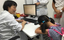 Con gái 6 tuổi thường xuyên ốm vặt vào cuối tuần, bố mẹ liền đưa đi khám, bác sĩ hỏi đúng một câu mà cả hai hối hận không kịp