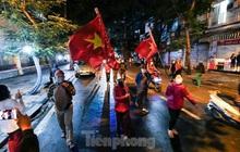 Khoảnh khắc dỡ phong toả bệnh viện Việt Đức, người dân vui mừng về nhà ngay trong đêm