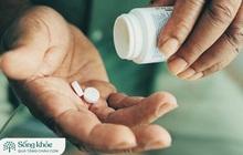Tự uống thuốc tại nhà: 5 lưu ý người cao tuổi cần nhớ khi dùng thuốc, nếu không muốn tác dụng chưa thấy đâu mà gan, thận, dạ dày đã rơi vào nguy hại