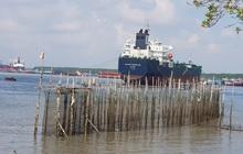 TP.HCM: Sà lan bị chìm cùng 2.000 lít dầu, 5 người rơi xuống sông