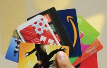 Bằng cách mua thẻ quà tặng từ người không dùng rồi đem bán, sau 5 năm hai người đàn ông này mang về doanh thu 455 tỷ