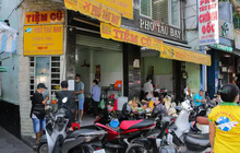 """Cận cảnh """"tưng bừng"""" hàng quán ở TP HCM ngày đầu phục vụ khách tại chỗ"""