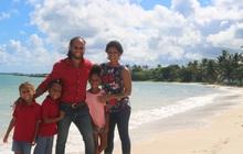 Bỏ nước Mỹ về sống bên bờ biển, đây là cách một gia đình tìm thấy hạnh phúc
