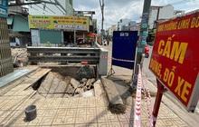 """Hố """"tử thần"""" bất ngờ xuất hiện """"nuốt chửng"""" xe máy đậu trên vỉa hè ở Sài Gòn"""
