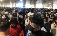 Hàng ngàn khách xếp hàng dài chờ soi chiếu ở sân bay Tân Sơn Nhất sáng sớm 15-4