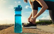 Bình nước nhựa nắp trượt chứa hơn 900 nghìn loại vi khuẩn, bẩn ngang nắp bồn cầu, an toàn nhất lại là loại khiến nhiều người bất ngờ
