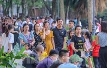 Chen chân lên Hồ Gươm hóng gió ngày nghỉ lễ Giỗ Tổ