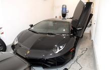 """""""Doanh nhân"""" Mỹ dùng tiền cứu trợ Covid-19 mua 3 siêu xe, đối diện án tù 302 năm"""