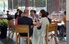 Nhiều quán cà phê, siêu thị Hà Nội kín khách, không giữ khoảng cách