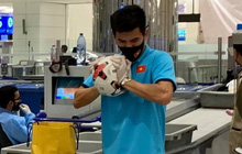 Tiến Linh gặp sự cố tại sân bay, loay hoay xì hết hơi quả bóng