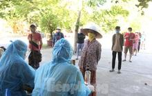 Người bán vải mắc COVID-19, hàng trăm tiểu thương chợ đầu mối và người dân đi xét nghiệm