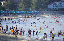 Nắng nóng kéo dài, biển Đồ Sơn chật kín người xuống tắm