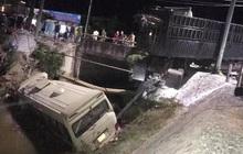Va chạm với xe đầu kéo, xe khách văng xuống sông khiến 7 người thương vong