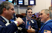Tổng thống Joe Biden đạt thoả thuận mới về gói chi tiêu, Dow Jones bật tăng hơn 300 điểm