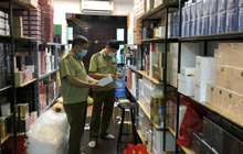 Đột kích cửa hàng ở phố cổ Hà Nội, thu giữ hàng nghìn chai nước hoa Gucci, Dolce & Gabbana, Good Girl... không rõ nguồn gốc
