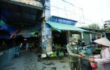CLIP: Ngày đầu tiên người dân Hà Nội đi chợ cầm phiếu ngày chẵn, lẻ