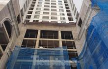 Máy móc đứng im trên các đại công trường xây dựng ở Thủ đô