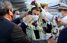 """Sự thật về khoảnh khắc Tổng thống Pháp thành cây hoa di động, vẻ mặt gượng cười đang """"gây bão"""" MXH"""