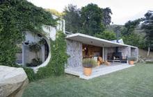 Ngôi nhà nằm giữa núi đồi, dùng điện mặt trời và uống nước suối