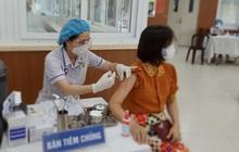 """Chủ tịch UBND TP HCM: """"Ai ở đâu thì ở đó"""", đẩy nhanh tiêm vắc-xin Covid-19"""