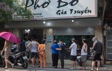 Xếp hàng dài mua đồ ăn ở Long Biên (Hà Nội): Khách mang cả cái nồi to, chủ quán làm 500 tô/ngày vẫn không đủ bán