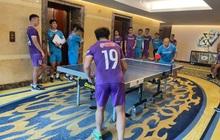 """Quang Hải """"so kèo"""" bóng bàn với HLV Park Hang-seo, Công Phượng và dàn khán giả hùng hậu chăm chú theo dõi"""