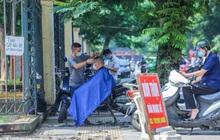 Người dân Hà Nội xếp hàng, chờ nhiều giờ để cắt tóc