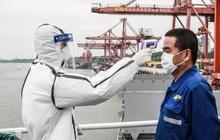 """Hỗn loạn trên biển do Covid-19: Vận tải quốc tế """"mắc cạn"""" vì phong toả, thuyền viên bí bách, xung đột và tự sát, tàu biển và container đội giá lên gấp bội"""
