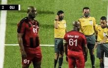 Phó Tổng thống 60 tuổi ra sân đá bóng chuyên nghiệp, tự đeo băng đội trưởng, đội nhà thua 0-6