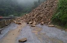 Clip: Sạt lở núi kinh hoàng, bít đường lên cửa khẩu Cầu Treo