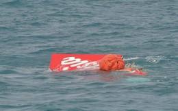 Đuôi chiếc máy bay AirAsia đã được nâng khỏi mặt nước