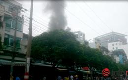 Sau tiếng nổ lớn, cửa hàng điện thoại ở TP.HCM lửa khói nghi ngút