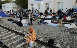 Bà Angela Merkel mất điểm nặng vì cởi mở nhận người di cư