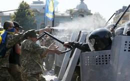 Đụng độ lớn trước nhà Quốc hội Ukraine, hơn 100 người thương vong