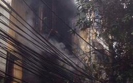 Cháy nhà tập thể 5 tầng, nhiều người dân hoảng sợ