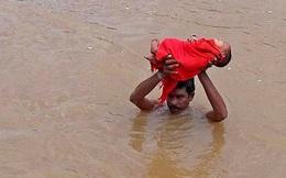 """Bức ảnh """"Tình yêu của bố có thể vượt qua mọi bão lũ"""" khiến bao trái tim lay động"""