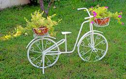 Nhìn là mê cách trang trí sân vườn bằng xe đạp cũ
