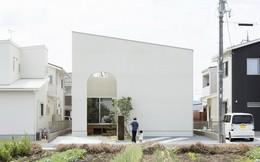 Khám phá ngôi nhà đặc biệt khác lạ với mái dốc, cửa vòm ở Nhật